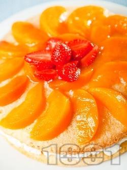 Домашна торта с лек яйчен ванилов крем, желирани плодове - праскови и ягоди - снимка на рецептата
